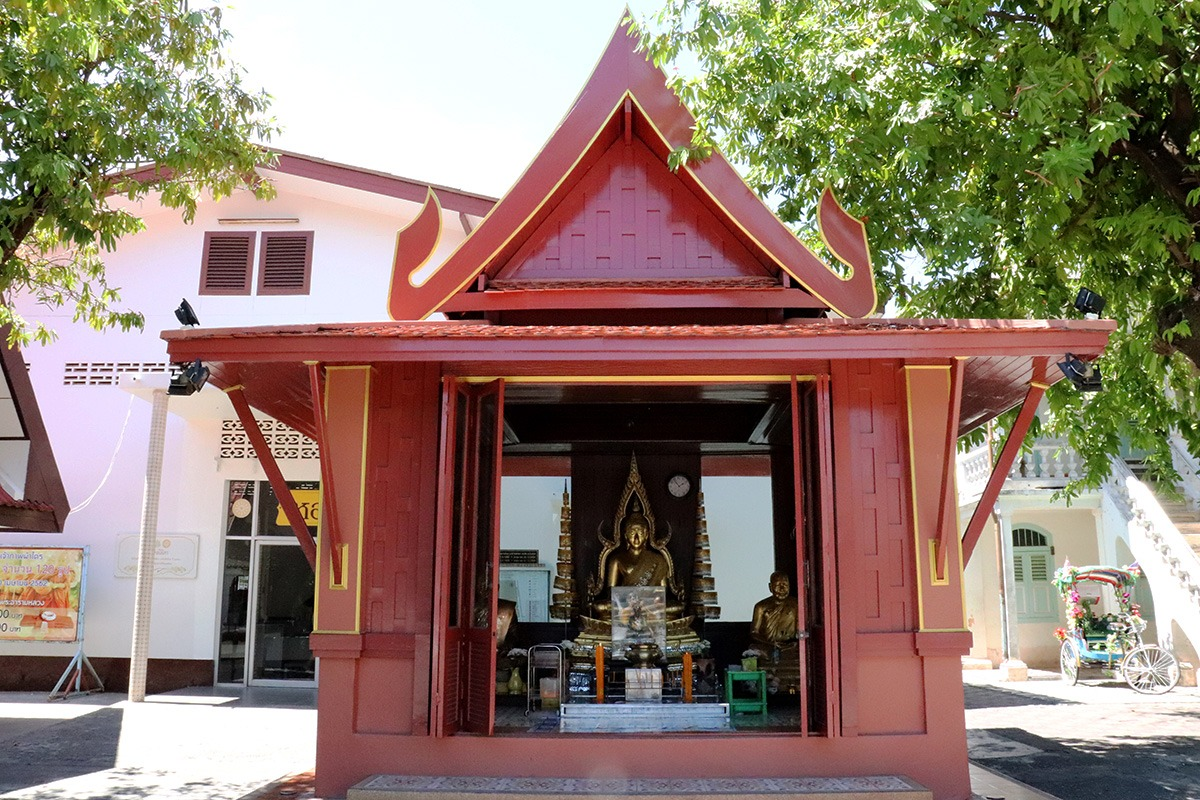 Mongkol Nimit Temple - Altar